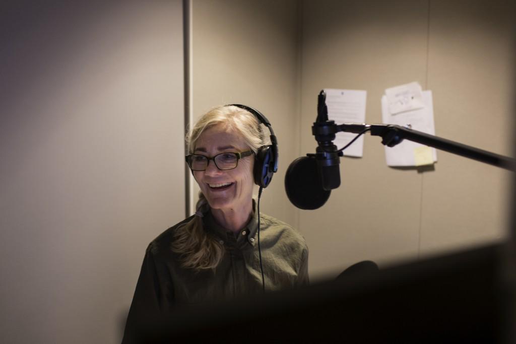Nina Høesberg griner af et indslag de lige har bragt i radioen, hvor man kan høre en hel fåreflok bræe i baggrunden af interviewet.
